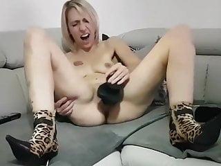 Tiffany se fait jouir avec son gros gode noir